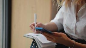 在笔记本的女实业家文字,计划她的星期 股票录像