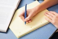 在笔记本的妇女文字 库存图片
