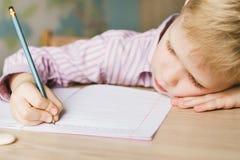 在笔记本的孩子文字 免版税图库摄影