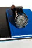 在笔记本的手表,垂直 库存照片