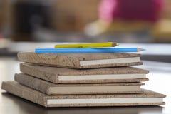 在笔记本的色的铅笔有黄柏盖帽的 图库摄影