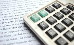 在笔记本的计算器有笔的 免版税库存照片