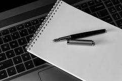 在笔记本的钢笔 免版税库存图片
