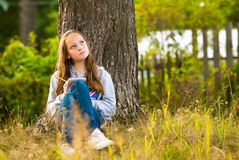 在笔记本的青少年女孩文字 免版税库存图片