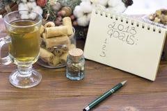 在笔记本的2018个目标题字,一杯茶,一碗曲奇饼和圣诞节缠绕 免版税库存照片