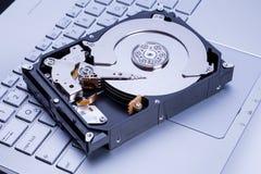 在笔记本键盘的硬盘驱动器 库存图片
