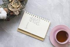 在笔记本,午后茶会杯子,圣诞节花圈的2018个目标题字 图库摄影