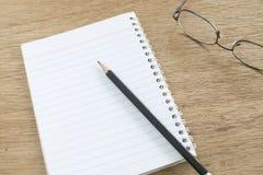 在笔记本,选择聚焦的铅笔 图库摄影