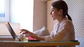 在笔记本computor的女商人工作在咖啡馆 股票视频