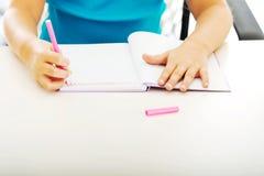 在笔记的小女孩图画 免版税库存图片