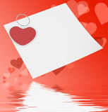 在笔记的心脏夹子显示喜爱笔记或爱消息 免版税图库摄影