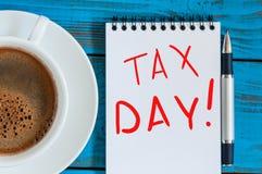 在笔记的题字税天象需要的通知归档纳税申报,报税表 免版税图库摄影