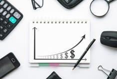 在笔记薄的财政图表 到达天空的企业概念金黄回归键所有权 库存图片