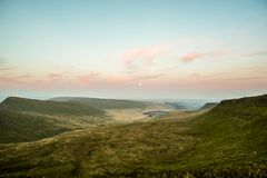 在笔Y爱好者,山脉,威尔士英国的日落 免版税库存照片