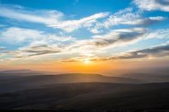 在笔Y爱好者,山脉,威尔士英国的日落 免版税库存图片