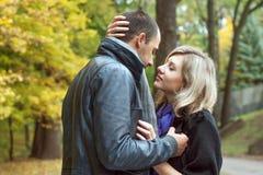 在第一个亲吻前的年轻夫妇 图库摄影