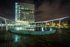 在第一个病区公园的喷泉在晚上,在住宅区的夏洛特, Nort 图库摄影