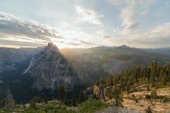 在第一早晨光的半圆顶峰顶 免版税库存照片
