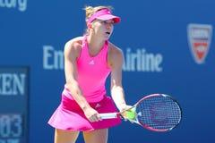 在第一次回合比赛期间的职业网球球员西莫娜・哈勒普在美国公开赛2014年 免版税库存图片