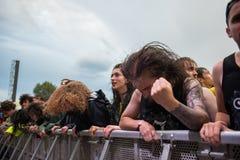 在第一行的Headbanging人群在一个中坚分子的音乐会 免版税库存照片