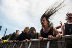 在第一行的Headbanging人群在一个中坚分子的音乐会 免版税图库摄影