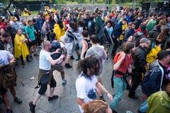 在第一行的Headbanging人群在一个中坚分子的音乐会 免版税库存图片