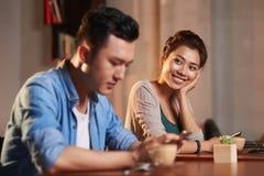 在第一视域的爱在咖啡馆 免版税库存照片
