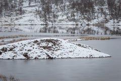 在第一雪的一个美好的挪威风景在秋天 图库摄影