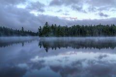 在第七个湖的有雾的早晨 免版税图库摄影