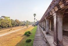 在第三封入物,吴哥窟,暹粒,柬埔寨前面的围场 免版税库存照片