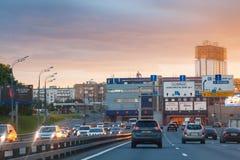 在第三条环行路的汽车通行在夏天日出 免版税库存图片