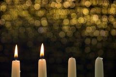 在第二出现的两个灼烧的蜡烛 免版税图库摄影
