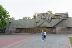 在第二次世界大战期间,游人在塞瓦斯托波尔英勇防御附近纪念品站立1941-1942的 库存照片