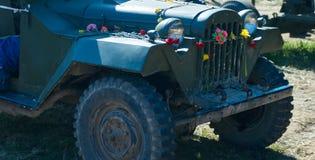 在第二次世界大战期间的第一辆俄国吉普GAZ-67在军用设备的陈列在胜利天 免版税库存图片