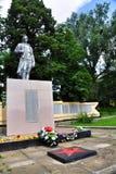 在第二次世界大战期间的纪念碑下落的战士有法西斯主义者的苏联 免版税库存图片