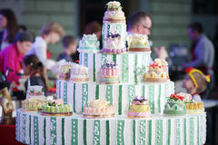 在第六个烹饪节日的大圆形蛋糕 免版税库存图片