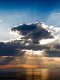 在第勒尼安海的云隙光 库存照片