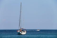 在第勒尼安海的海岸的附近小船,厄尔巴岛 Marciana 图库摄影