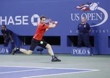 在第四次回合比赛期间的职业网球球员马塞尔・格拉诺勒斯在反对诺瓦克・乔科维奇的美国公开赛2013年 免版税库存图片