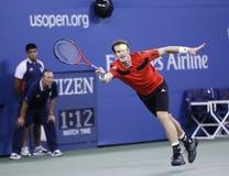 在第四次回合比赛期间的职业网球球员马塞尔・格拉诺勒斯在反对诺瓦克・乔科维奇的美国公开赛2013年 免版税库存照片