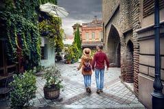 在第比利斯老街道的旅客夫妇  免版税库存照片