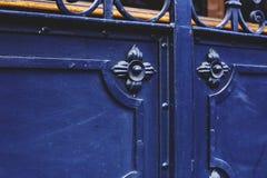 在第比利斯,乔治亚详述一部分的与装饰品的装饰老金属门 免版税库存照片
