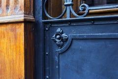 在第比利斯,乔治亚详述一部分的与装饰品的装饰老金属门 免版税库存图片