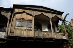 在第比利斯,乔治亚的老历史部分的传统建筑学 免版税图库摄影
