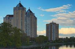 在第聂伯河的左边安静和舒适区域在基辅 大厦多楼层 多云日春天 免版税库存图片