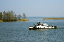 在第聂伯河的拖轮 免版税图库摄影