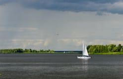 在第聂伯河的游艇 库存照片