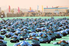 在第29个国际风筝节日开幕式的瑜伽2018年-印度 免版税库存图片