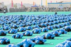 在第29个国际风筝节日开幕式的瑜伽2018年-印度 免版税图库摄影