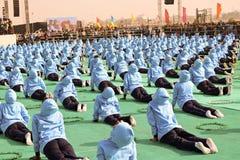 在第29个国际风筝节日的瑜伽2018年-印度 库存照片